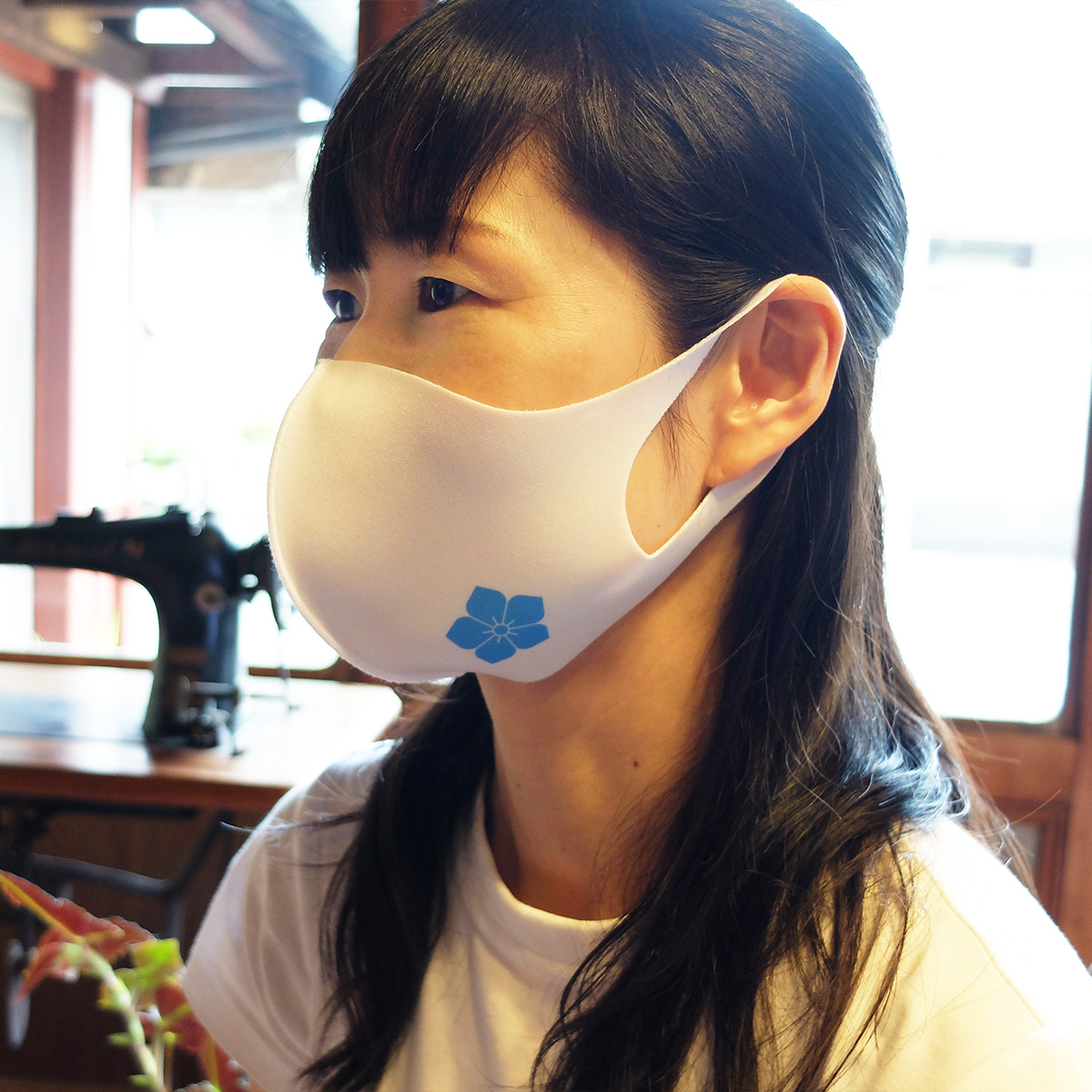 桔梗紋アイスシルクマスク着用